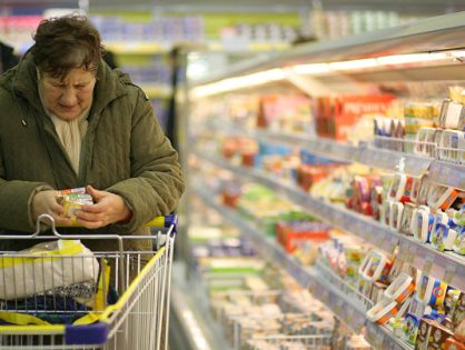 Ритейлеры и поставщики поднимают цены из-за падения рубля. Хроника