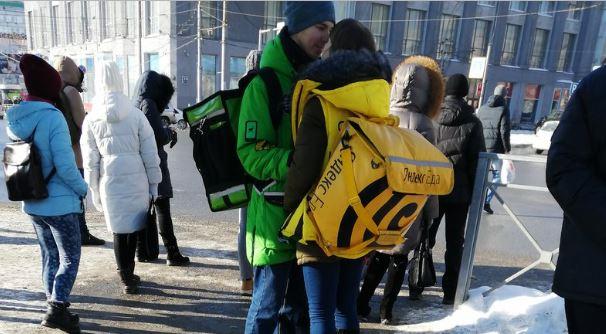 Delivery Club и «Яндекс.Еда» пообещали оплатить влюблённой паре курьеров поездку в Париж