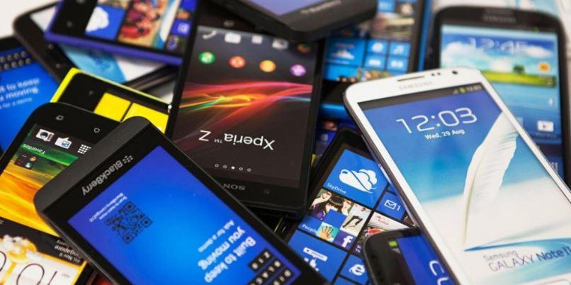 Глобальные продажи смартфонов увеличились на фоне падения спроса