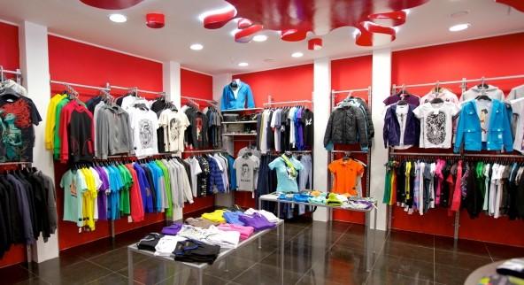 Продажи одежды в России сократились впервые с 2015 года
