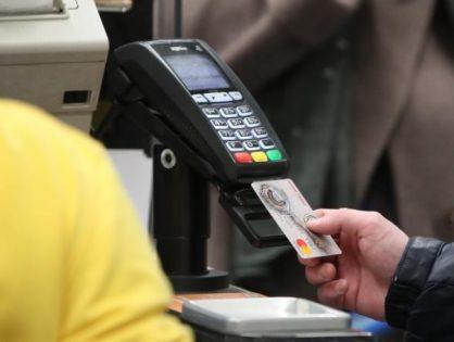 На кассах в магазинах можно будет пополнять банковские карты