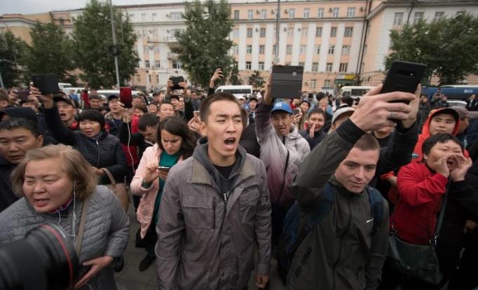 «Мы - самое слабое звено»: десятки бизнесменов в Бурятии устроили митинг против локдауна